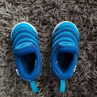 Lightly wore authentic Nike boy shoes (EUR 22)