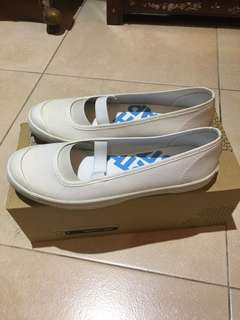 White school shoes Size: 4