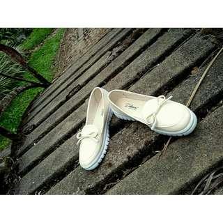 Sepatu slip on loafers livine -Cream