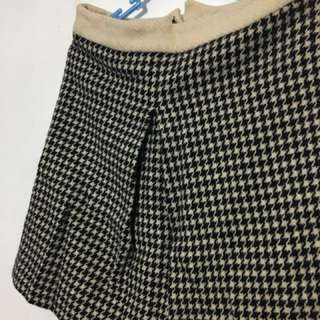 Houndstooth pleated (can be in front or side)Skirt ( houndstooth)