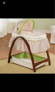 Summer Infant Bentwood Bassinet with a motion including sheets