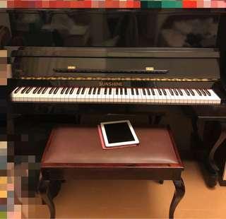 黑色直立式鋼琴