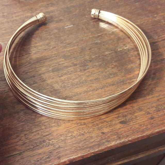 Stacked layer choker in gold