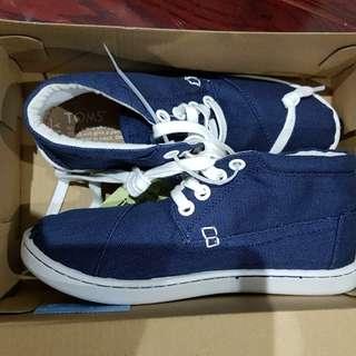 2 pairs of Tom's