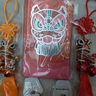 商場利是封: 信德中心 利是封 1包 6 個連舞獅掛飾及鎖匙扣各兩個(全新利市封)商場紀念品