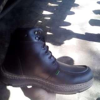 Sepatu both kulit coklat kopi merk kickers