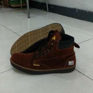 Sepatu boot bludru