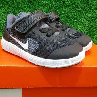 Nike Revolution Black (foto geser ➡)