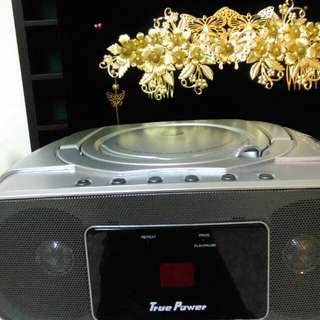 打掃除嘍~手提CD廣播音響。新新的。正常。可插電或電池外出。