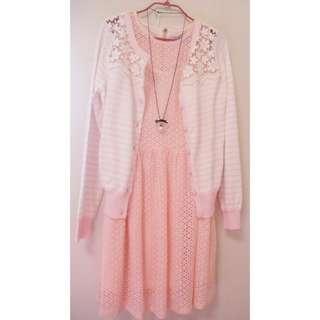 推~(超美蕾絲 原價2880)T-PARTS全新甜美時尚粉色洞洞蕾絲韓風洋裝0918/NUEE/NR