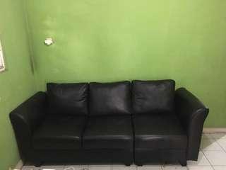 Sofa kulit hitam