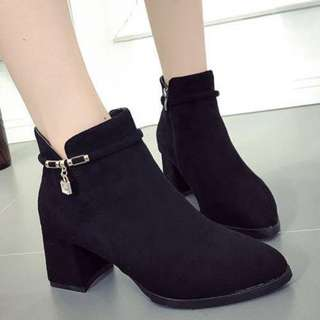 Heeled Boots with lock chain