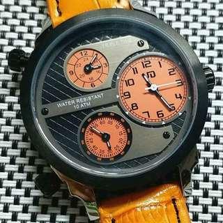 😎有型有款😎 UD Triple Time 賽車款錶,深灰色面,三地時間,玻璃錶面,原裝Miyota機芯,已較準,行走精神,錶頭39mm不連錶的,錶耳18mm,淨錶壹隻$900,有意請pm