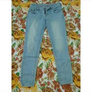 Jeans Biru Aksen Broken White