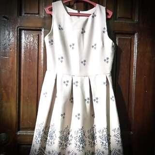 Sleeveless Dress With Snowflakes Design
