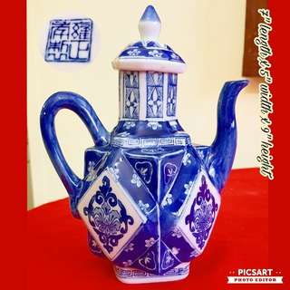 Vintage Underglazed Blue and White Chinese Teapot. Good Condition, no chip no crack. $28 offer, sms 96337309.