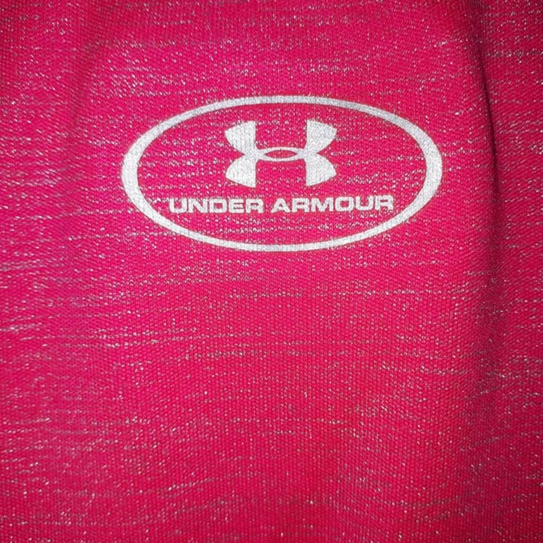 Medium semi fitted heat gear under armour pink top really nice shirt