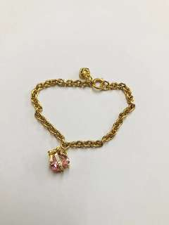 金色手链。