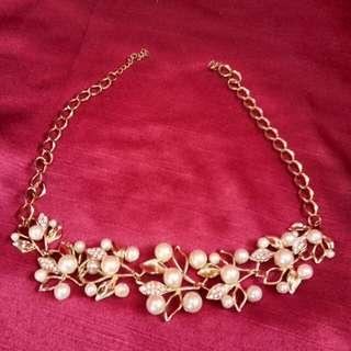 Fashionable pearl choker