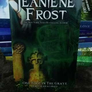 Jeaniene Frost : One Foot in The Grave