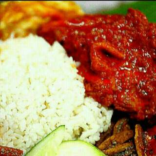 Nyonyamaneknek Nasi lemak, arguably the most famous dishes for a Malay-style breakfast, can be eaten throughout the day.