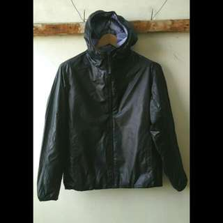 Jaket Hoodie Uniqlo Original Size L - Jaket Parasut Hitam.  Size L  lebar bahu 48cm, lebar dada 55cm, panjang 65cm.  Warna Hitam. Kondisi Masih Seperti Baru.