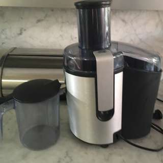 Phillips Juicer - wide mouth feed & brushed aluminium body. Includes pitcher