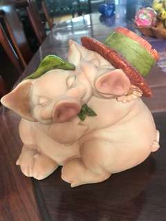 2 pigs hugging ( artefice ) made in Italy