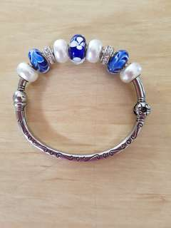 Silver clasp bracelet with glass beads