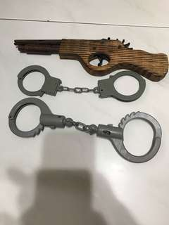 Wooden gun and 2 plastic hand cuffs
