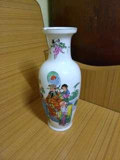 瓷器花瓶,9 .5成新,花瓶頂部有少許破損,高一英呎一30cm