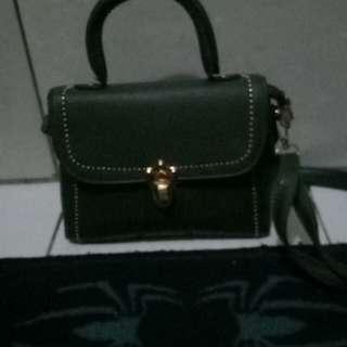 Tas kecil hijau tua