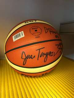 Jeron Teng and whole DLSU championship team signed ball