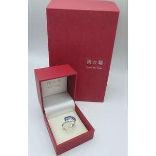 周大福 18k白金 藍寶石-7粒共 0.95 伴鑽石12粒共0.12 ct 戒指
