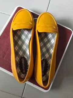 Monobo mustard rubber shoe