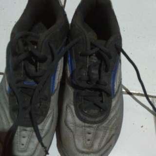 sepatu cowo Yonex lebih ke size 37 fit 38 ya, cuci gudang aja ya say