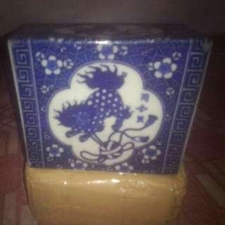 Bantal keramik kuno Dinasti Ching Pj=13cm, Lb=11cm, Tebal=4cm dan kondisi ada rengat (retak sedikit). Kegunaan sebagai bantal mayat yg di gunakan para kaum bangsawan pada zamannya. Antik dan sangat langka. Harga boleh nego