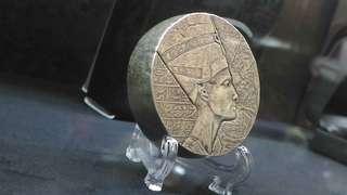 埃及仿古銀幣五盎司,埃及銀幣,銀幣,仿古銀幣,收藏錢幣,錢幣,幣,silver coin,silver~古埃及法老王娜芙蒂蒂仿古銀幣五盎司(全世界只有三萬枚,9999純銀打造,全新五盎司,有保證書)(The silver coin 5oz)