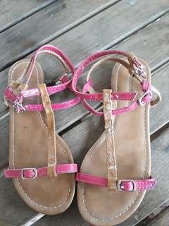 Sepatu sendal pantai