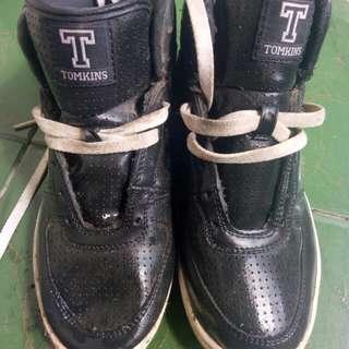 Sepatu sport tomkins