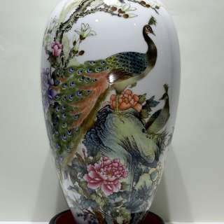 「孔雀爭春」粉彩瓷瓶