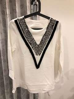 🚚 [二手衣系列兩件8折三件75折]圓領白V型圖騰設計上衣