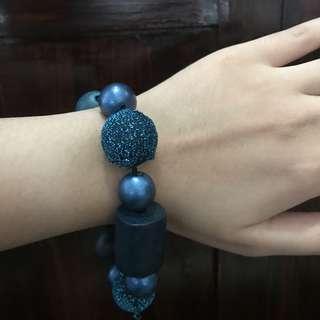 Blue bauble beacelet
