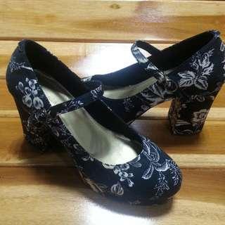 Sepatu hak hitam - NakerSchu