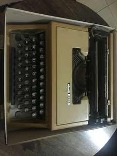 Typewriter Olivetti Dora