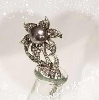 原產地: 韓國 18K鍍白金屬 奥地利水晶 + 銀灰貝殼珠 典雅花 襟針 一支 P-8 / 售價HKD398