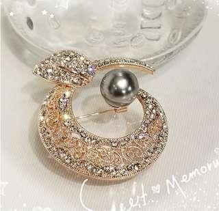 韓國出品 18K鍍白& 玖塊紅金色 金屬 奥地利水晶 + 銀灰貝殼珠 典雅花 襟針 一支 P-10 / 售價HKD438