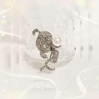 韓國出品 18K鍍白金屬 奥地利水晶 + 銀白色貝殼珠 典雅花 襟針 一支 P-11 / 售價HKD398