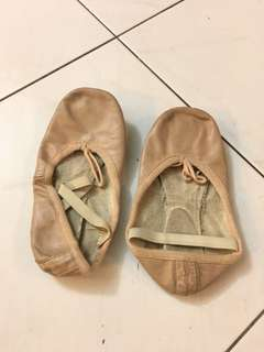 Ballet shoes (suitable for size 33 or 34)