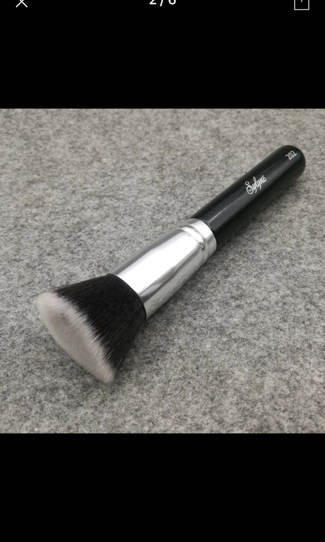 Flat top buffing foundation brush